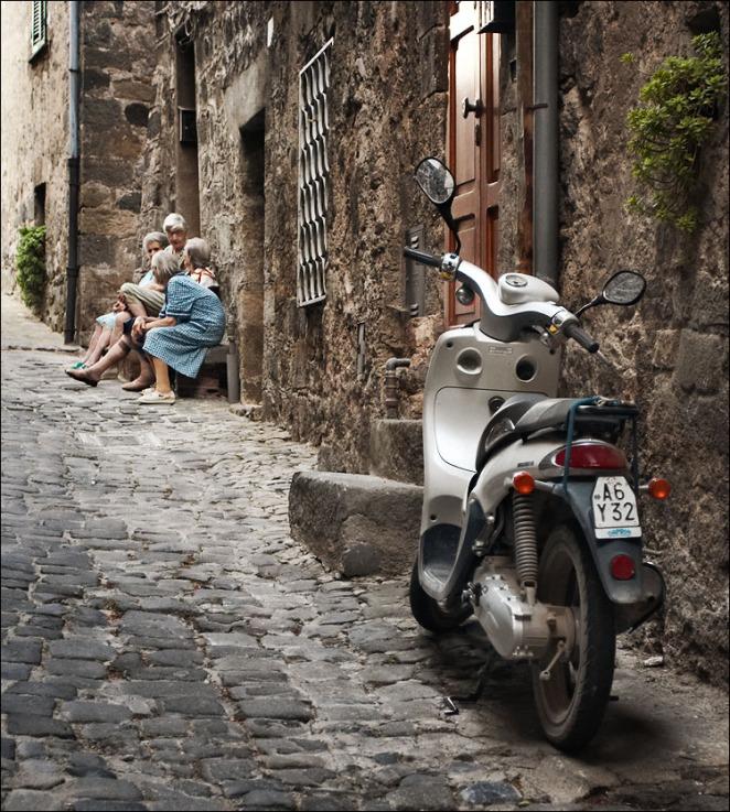 italy_bolsena_gossip-women_scooter_01.jpg